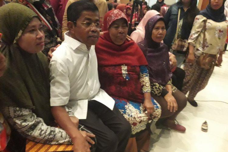 Menteri Sosial Idrus Marham berfoto bersama warga korban penyelewengan dana Program Keluarga Harapan di Sunter, Jakarta Utara, Rabu (11/7/2018).