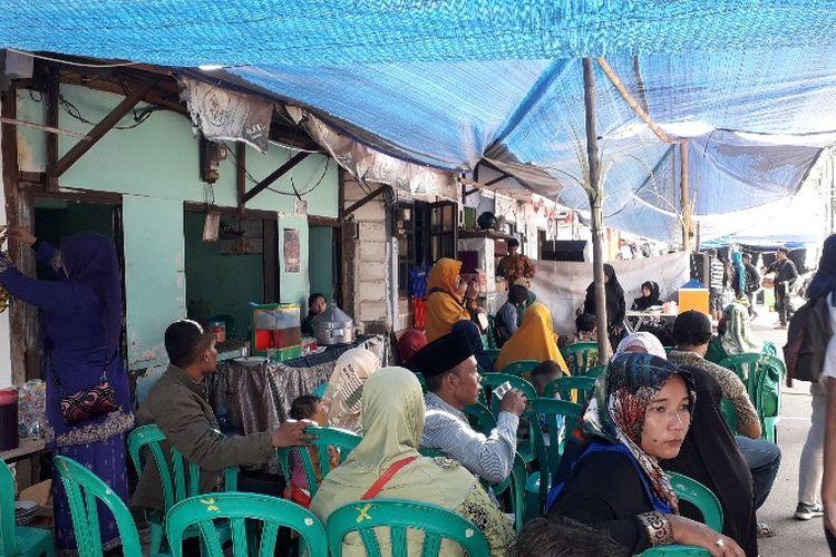 Pasangan Berry dan Sulfianti gelar acara ngunduh mantu pasca kebakaran di Jalan Perumahan Taman Kota, Kembangan Utara, Kembangan, Jakarta Barat pada Minggu (1/4/2018).
