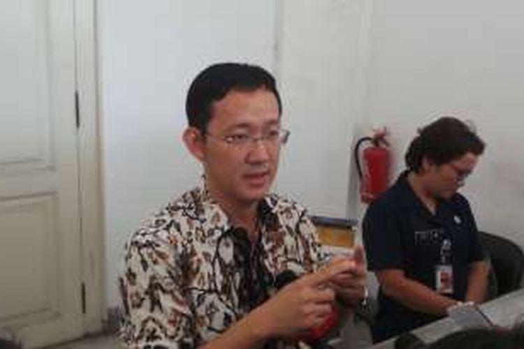 Rekan Gubernur DKI Jakarta Basuki Tjahaja Purnama (Ahok), Sunny Tanuwidjaja saat diwawancara wartawan, di Balai Kota, Senin (11/4/2016). Komisi Pemberantasan Korupsi (KPK) sebelumnya mengajukan permohonan pencegahan Sunny ke luar negeri kepada Direktorat Jenderal Imigrasi Kementerian Hukum dan HAM. Hal ini terkait dengan penyidikan KPK mengenai kasus dugaan suap anggota DPRD DKI Jakarta dalam pembahasan revisi peraturan daerah (Perda) tentang reklamasi pantai utara Jakarta.