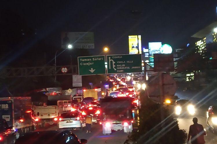 Situasi arus lalu lintas di jalur Puncak, Bogor, Jawa Barat, mengalami kemacetan jelang libur Hari Lahir Pancasila, Senin (31/5/2021) malam