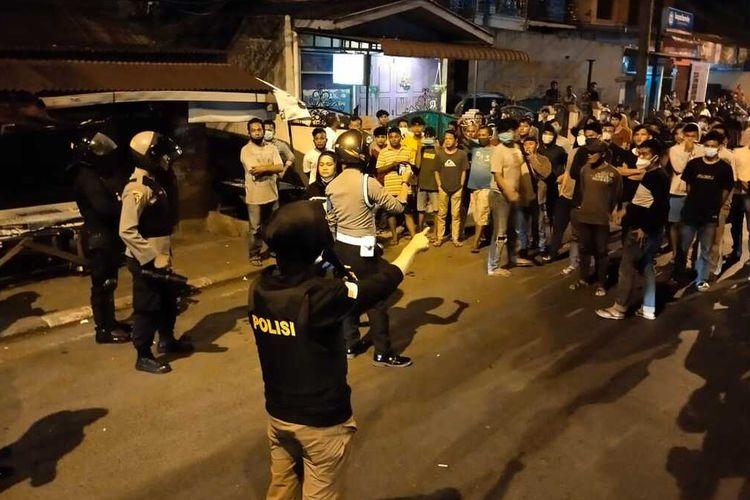 Kepala Polisi Resor Kota Padang Sidempuan AKBP Juliani Prihartini, mengimbau massa untuk membubarkan diri saat dilakukannya blokade jalan, buntut dari penolakan pemakaman jenazah pasien Covid-19 di Lingkungan I, Kelurahan Aek Tampang, Padang Sidempuan Selatan, Senin (24/5/2021) dini hari.