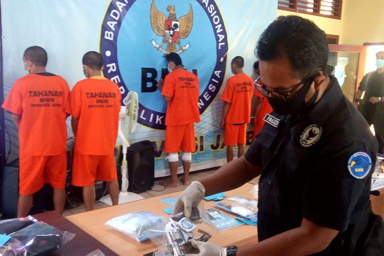 Badan Narkotika Nasional Prpvinsi (BNNP) Jambi merilis lima orang yang ditangkap dalam waktu berdekatan, pada Selasa (11/8/2020). Dua orang ditangkap di Kota Jambi dan tiga orang di perbatasan Jambi-Riau.