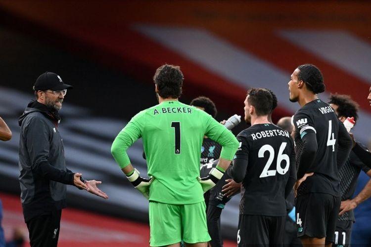 Para pemain Liverpool mendengarkan instruksi dari pelatih Juergen Klopp pada water break laga Liga Inggris kontra Arsenal di Stadion Emirates pada Kamis (16/7/2020) dini hari WIB.