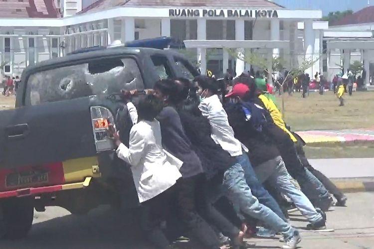 Aksi unjuk rasa mahasiswa di Kota Palopo, Sulawesi Selatan, berakhir ricuh, satu unit motor polisi dibakar, dan 1 unit  mobil dirusak massa, Selasa (24/09/2019)