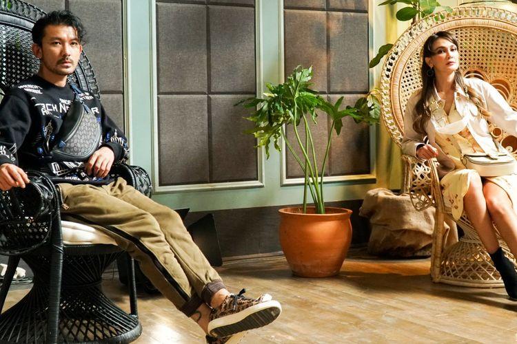 Aktor Rio Dewanto dan Luna Maya memakai koleksi Coach Forever untuk Musim Semi 2021.