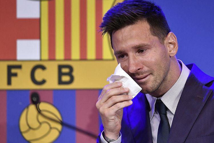 Penyerang Barcelona asal Argentina Lionel Messi menangis saat konferensi pers di stadion Camp Nou di Barcelona pada 8 Agustus 2021.