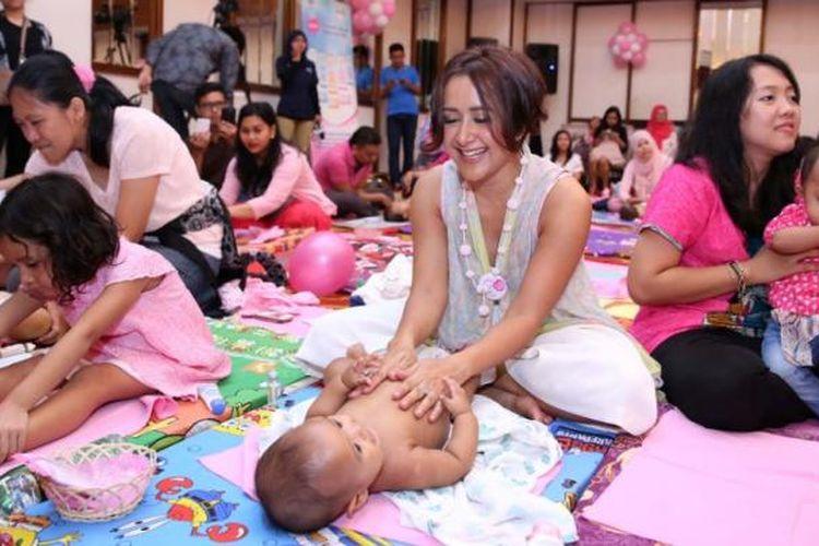 Aktris Widi Mulia mempraktikkan pijat bayi dalam kegiatan My Baby Lovely Spa.