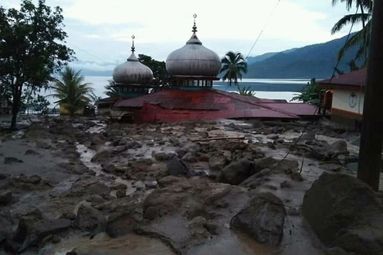 Longsor dan banjir Agam, Sumatera Barat menyebabkan 13 rumah, 1 madrasah dan 1 masjid mengalami rusak, Rabu (20/11/2019) malam