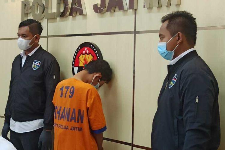 IB, mahasiswa asal Jember penjual surat hasil rapid test palsu ditahan di Mapolda Jatim, Senin (11/1/2021)