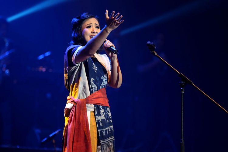 Penyanyi Astrid Sartiasari  bernyanyi saat konser Musika Foresta di Balai Sarbini, Jakarta, Sabtu (13/5/2017). Konser Musika Foresta ini bertujuan mengenalkan dan mendekatkan generasi muda kepada hutan-hutan di Indonesia melalui lagu dan kolaborasi para musisi Tanah Air.