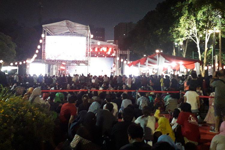 Penonton lesehan demi menonton AKB 48 di JJM 2018, Sabtu (8/9/2018)