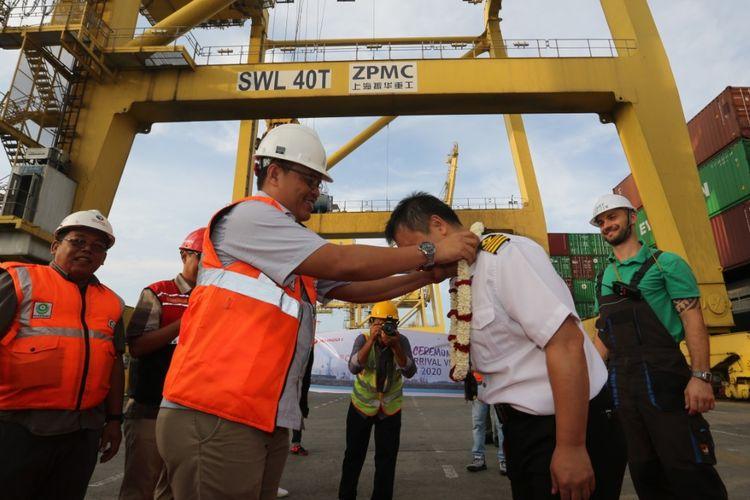 Penyambutan kapal perdana yang bersandar di pelabuhan yang dioperasikan Pelindo I, Rabu (1/1/2020).