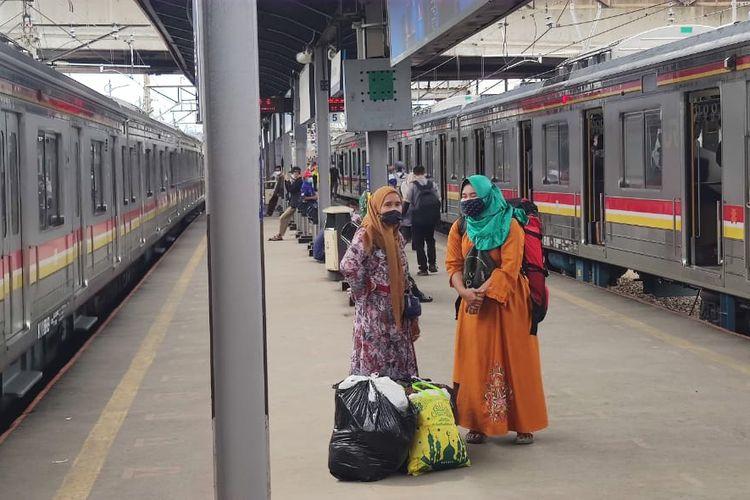 Warga tetap ramai-ramai menggunakan moda transportasi Kereta Rel Listrik Commuter Line untuk berbelanja di Pasar Tanah Abang, Jakarta Pusat. Meski Senin (3/5/2021) hari ini mulai ada pembatasan jam operasional KRL yang berhenti di Stasiun Tanah Abang, namun hal itu tak menyurutkan niat warga untuk berbelanja. Warga justru menyesuaikan waktu belanjanya agar tetap bisa menggunakan KRL.