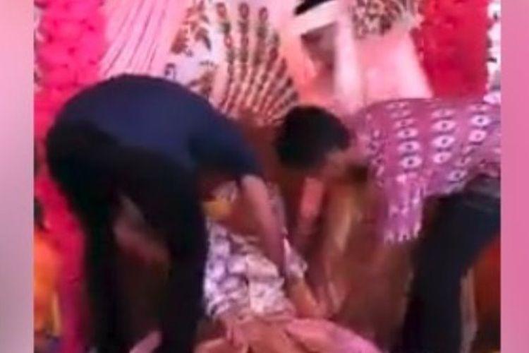 Video seorang pengantin wanita pingsan di pelaminan setelah dipeluk oleh mantan pacarnya yang datang menghadiri pesta pernikahan viral di media sosial.