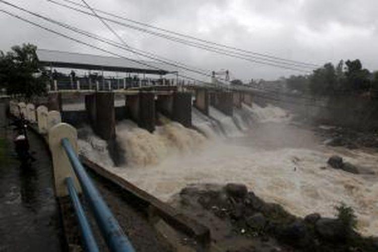 Bendungan Katulampa, Bogor, Jawa Barat, saat hujan lebat mengguyur Bogor, Rabu (9/1/2013). Ketinggian air di Bendungan Katulampa mencapai 120 sentimeter melebihi batas normal yaitu 50 sentimeter sehingga ditetapkan status siaga tiga. Warga terutama yang tinggal di daerah bantaran-bantaran sungai dihimbau bersiaga dan mengantisipasi datangnya banjir. KOMPAS IMAGES/KRISTIANTO PURNOMO