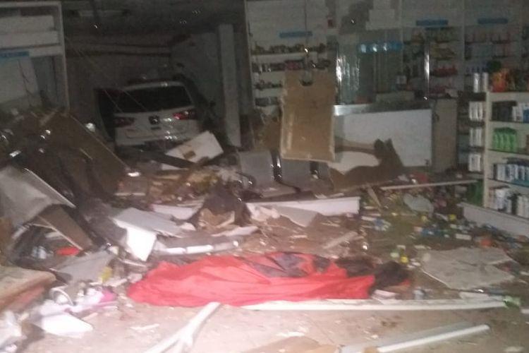 Sebuah mobil Nissan Grand Livina dengan pelat nomor B 2794 STF menabrak sebuah apotek di kawasan Senopati, Kebayoran Baru, Jakarta Selatan pada Minggu (27/10/2019) dini hari.