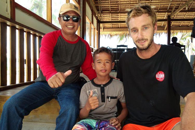 Rapiudin alias Hafis (tengah) seorang peselancar cilik asal Pulau Simeulue Aceh yang ikut meramaikan ajang kompetisi Aceh Surfing Internasional Championship III (AISC) di Aceh.