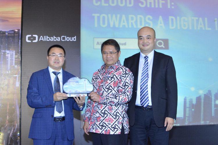 Perwakilan Alibaba Cloud menyerahkan plakat kepada Menteri Komunikasi dan Informatika Republik Indonesia Rudiantara sebagai simbol peresmian Alibaba Cloud Data Center di Indonesia.