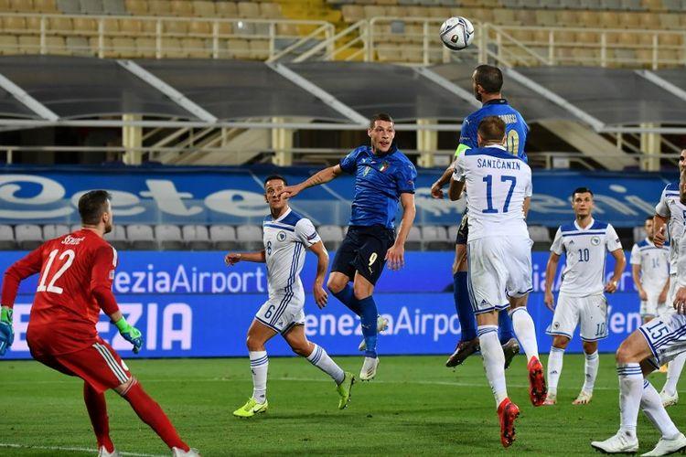 Aksi Leonardo Bonucci (atas) dalam laga UEFA Nations League antara Italia dan Bosnia Herzegovina di Stadion Artemio Franchi, Firenze, Italia, Jumat (4/9/2020) waktu setempat atau Sabtu (5/9/2020) dini hari WIB.