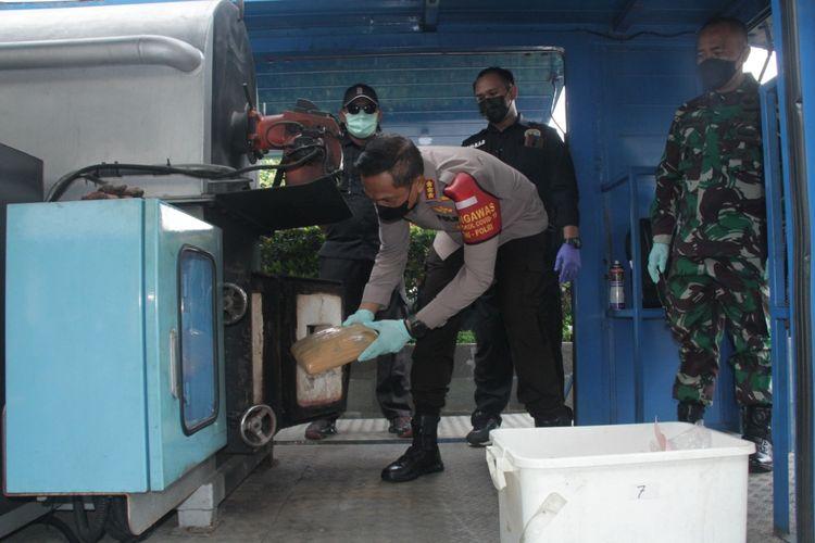 Pemusnahan barang bukti narkotika oleh Kapolres Jakarta Barat Kombes Pol Ady Wibowo di Mapolres Jakarta Barat, Kamis (27/5/2021)