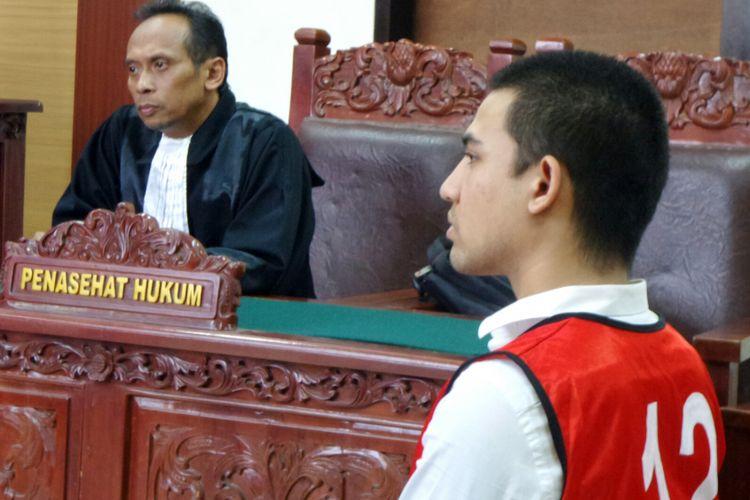 Axel Matthew Thomas dalam ruang sidang di Pengadilan Negeri Tangerang, Rabu (20/9/2017).