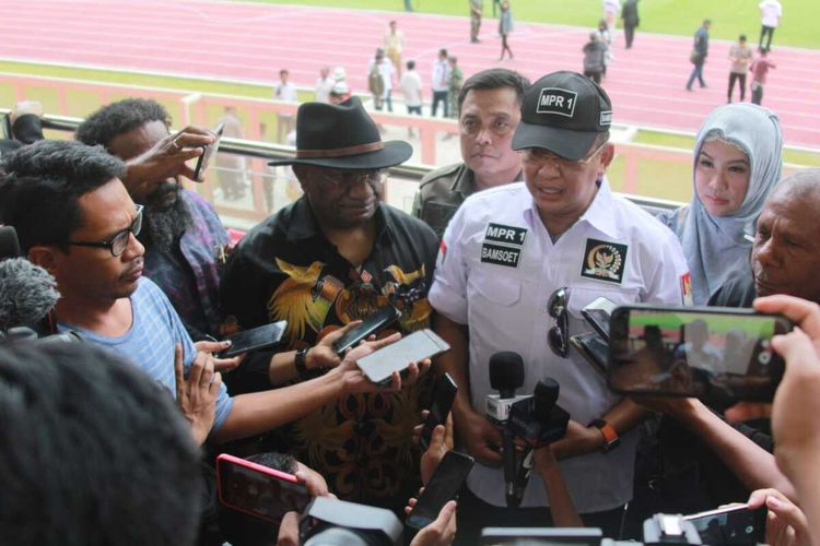 Ketua MPR Bambang Soesatyo didampingi Wakil Gubernur Papua Klemen Tinal ketika memberikan keterangan pers di Stadion Papua Bangkit, Jayapura, Papua, Selasa (3/03/2020)