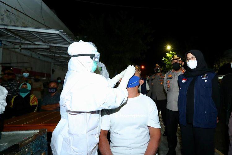 Satgas Penanganan Covid-1 Kabupaten Banyuwangi melakukan tes swab secara acak ke warga yang tidak menerapkan protokol kesehatan.