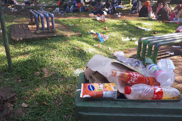 Sampah-sampah berserakan di area Ragunan, Senin (18/6/2018)