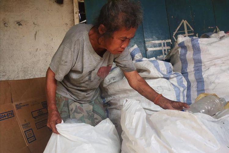 Nenek Sahnun (60) yang mampu berkuban sapi, ditemui di jalan saat memulung hingga ke tempat tinggalnya.
