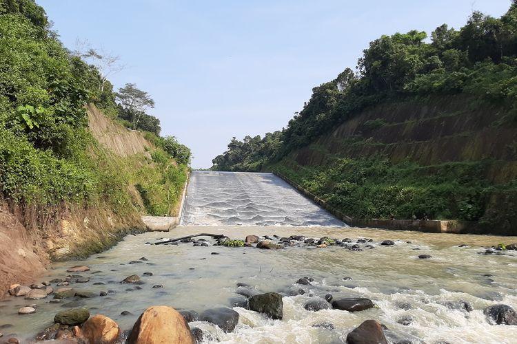 Warga memanfaatkan saluran pembuangan air bendungan Sindangheula, Kabupaten Serang untuk berseluncur, Kamis (18/6/2020.