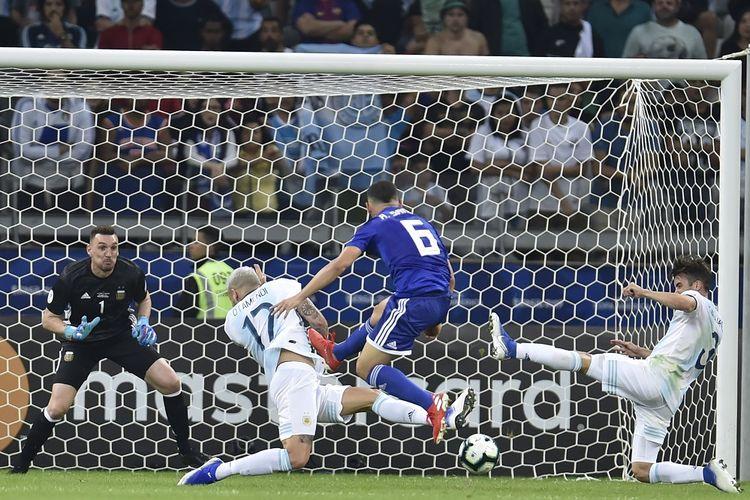 Pemain Paraguay, Richard Sanchez, mencetak gol ke gawang Argentina yang dikawal kiper Franco Armani pada laga grup Copa America di Stadion Belo Horizonte, Brasil, 20 Juni 2019