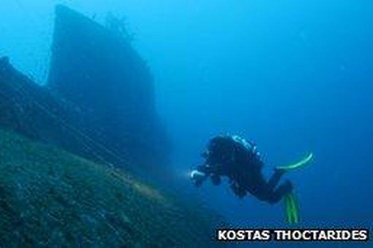 Kostas Thoctarides dan tim selamnya menemukan bangkai kapal HMS Perseus pada 1997. [Via BBC]