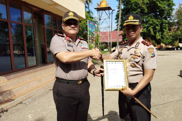 Kapolda NTT Irjen Agung Sabar Santoso memberikan penghargaan kepada Kapolres Kupang Kota AKBP Anthon Christian Nugroho di Markas Polda NTT, Selasa (5/12/2017)