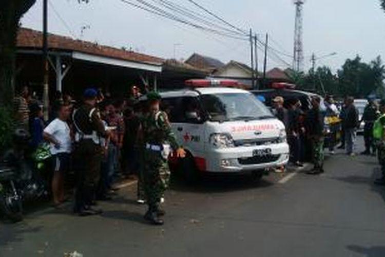 Suasana di tkp pembunuhan kakak beradik yang merupakan anak tentara dan satu pembantunya di kawasan komplek TNI AD, Jalan Gudang Utara, Nomor 18, Bandung, Jawa Barat, Minggu, (22/6/2014).