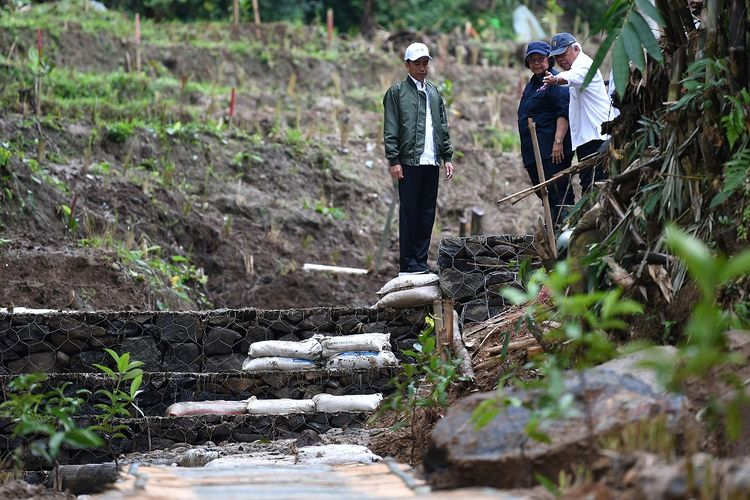 Presiden Joko Widodo (kiri) didampingi Menteri PUPR Basuki Hadimuljono (kanan) dan Menteri LHK Siti Nurbaya meninjau proses rehabilitasi lokasi terdampak banjir dan tanah longsor di Sukajaya, Kabupaten Bogor, Jawa Barat, Senin (3/2/2020). ANTARA FOTO/Sigid Kurniawan/foc.