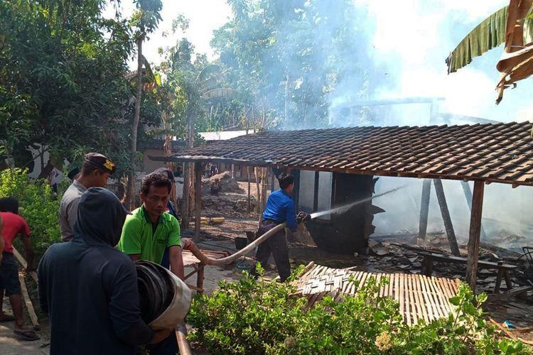 Diduga nekat gunkan colokan yang terbakar, satu rumah di Kabupaten  Ngawi ludes dilalap sijago merah.