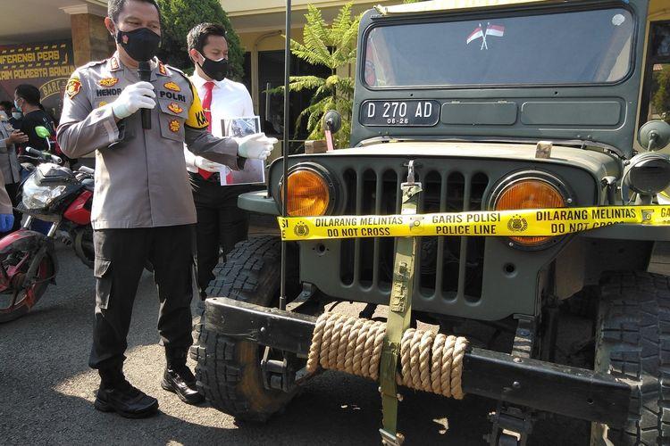 Kapolresta Bandung Kombes Hendra Kurniawan tengah memperlihatkan kendaraan jeep willys yang digunakan pelaku saat mendatangi sebuah toko. Para pelaku ini melakukan penodongan kepada pegawai salah satu toko di Jalan Raya Bojongsoang, Desa Lengkong, Kecamatan Bojongsoang, Kabupaten Bandung, Sabtu (28/8/2021).