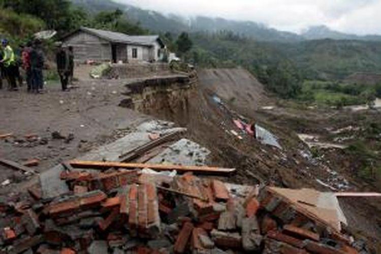 Puing-putih rumah di lereng bukit di Bener Meriah, Kamis (4/7/2013). Gempa berkekuatan 6,2 Skala Richter yang melanda Kabupaten Aceh Tengah dan Kabupaten Bener Meriah juga menyebabkan tanah longsor yang menimbun rumah warga.