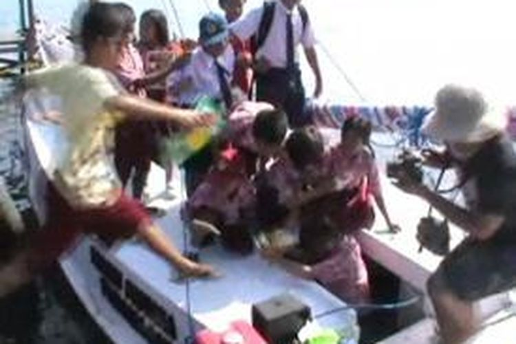Berbekal perahu nelayan yang duisulap menjadi peahu pustaka Muhamamd Ridwan Alimuddin bersama komunitas anak-anak muda Tinambung menyambangi pulau-pulau terpencil di Sulawesi barat dan sekitarnya.