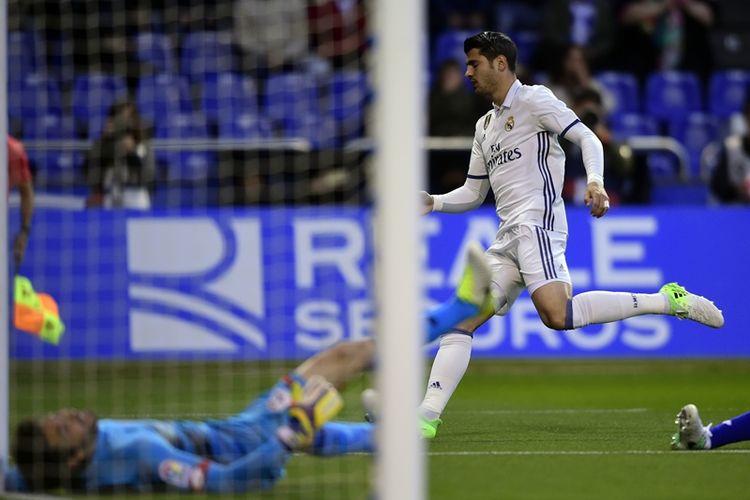 Penyerang Real Madrid, Alvaro Morata, mencetak gol dalam pertandingan La Liga melawan Deportivo La Coruna di Municipal de Riazor stadium in La Coruna, pada 26 April 2017.