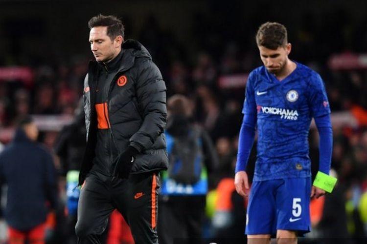 Frank Lampard dan Jorginho tertunduk lesu seusai laga Chelsea vs Bayern Muenchen