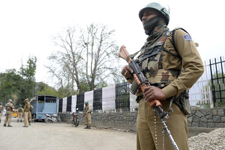 Anggota pasukan paramiliter India berjaga di Srinagar, ibu kota Jammu di dekat perbatasan Kashmir.