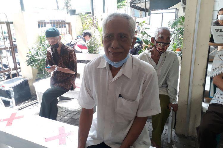 Sulaiman Dwi Santoso (72), lansia asal Jalan Kaliasin, Kelurahan Kedungdoro, Kecamatan Tegalsari, Surabaya, saat mengikuti pelaksanaan pemberian vaksin khusus lansia di Puskesmas Kedungdoro, Surabaya, Selasa (23/2/2021).
