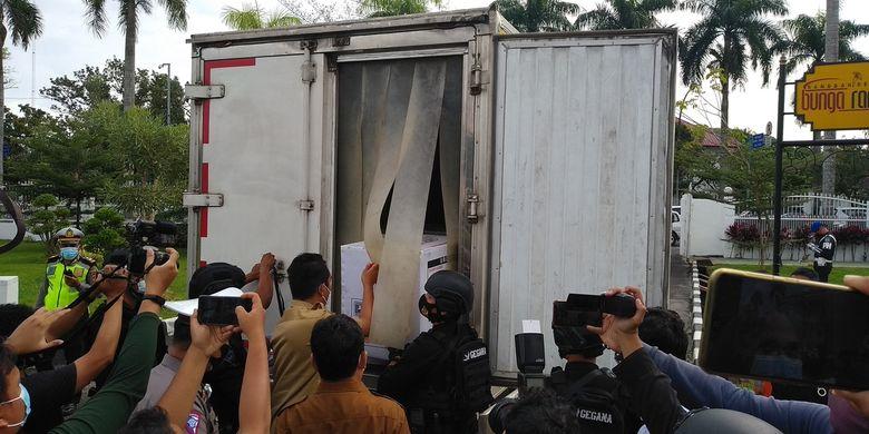 Sebanyak 40.000-an viral vaksin Covid-19 dalam 21 kopi tiba di Rumah Dinas Gubernur Sumatera Utara, di Jalan Jendral Sudirman, Medan pada Selasa (5/1/2021). Vaksin ini akan dimulai pada 14 Januari mendatang khusus untuk tenaga kesehatan.