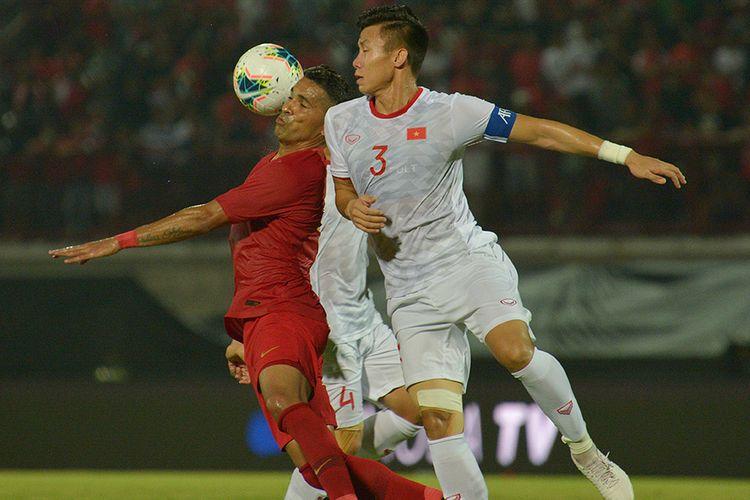 Pesepak bola Timnas Indonesia Alberto Goncalves (kiri) berebut bola dengan  pesepak bola Timnas Vietnam Que Ngoc Hai dalam pertandingan Grup G Kualifikasi Piala Dunia 2022 zona Asia di Stadion I Wayan Dipta, Gianyar, Bali, Selasa (15/10/2019). Indonesia kalah dari Vietnam dengan skor 1-3.