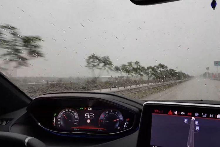 Kaca mobil depan sedang hujan