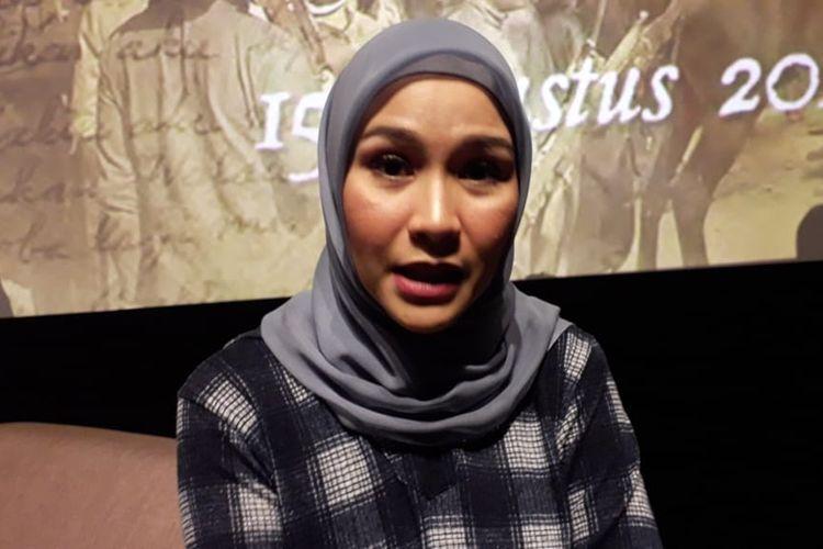 Zaskia Adya Mecca saat diwawancarai usai jumpa pers peluncuran poster film Bumi Manusia di XXI Epicentrum, Kuningan, Jakarta Selatan, Rabu (19/6/2019).