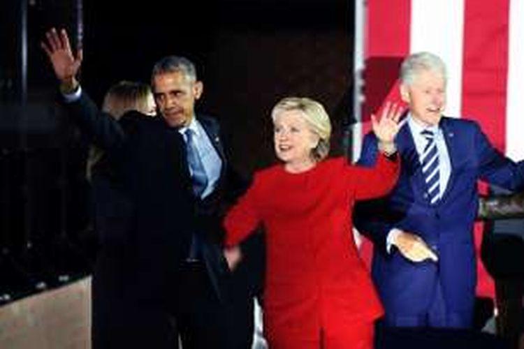 Hillary pun mempertontonkan dukungan politik yang besar dari mantan Presiden AS Bill Clinton yang adalah suaminya dan Presiden Barack Obama, serta Ibu Negara Michelle Obama: