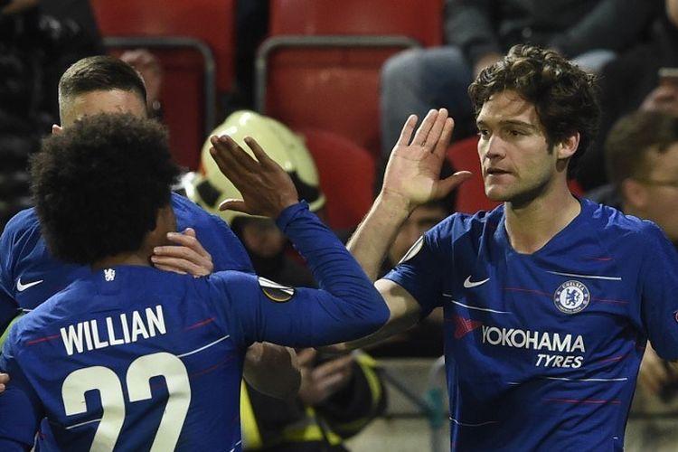 Willian menyelamati Marcos Alonso yang mencetak gol pada laga Slavia Praha vs Chelsea dalam perempat final Liga Europa di Stadion Sinobo, 11 April 2019.
