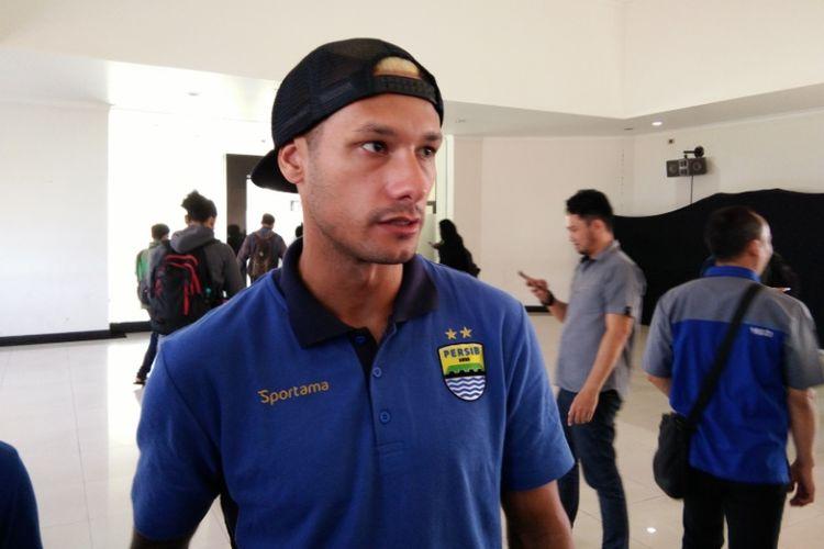 Gelandang Persib Bandung, Raphael Maitimo, saat ditemui wartawan di Graha Persib, Jalan Sulanjana, Selasa (8/8/2017).